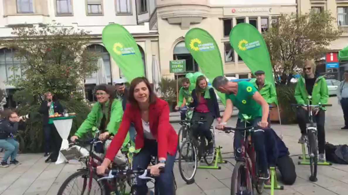 Video-Snapshot: Katrin Göring-Eckardt und weitere Grüne strampeln für heißen Kaffee. Quelle: Facebook