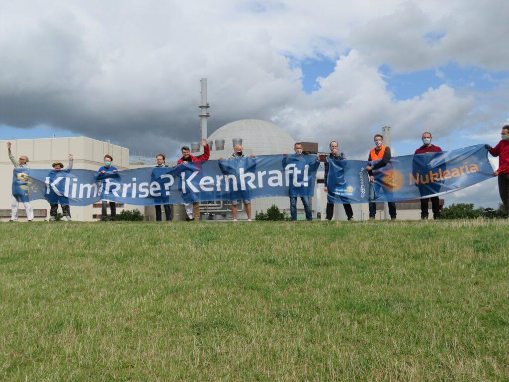 Foto: Aktivisten der Nuklearia auf dem Deich am Kernkraftwerk Brokdorf (2020)